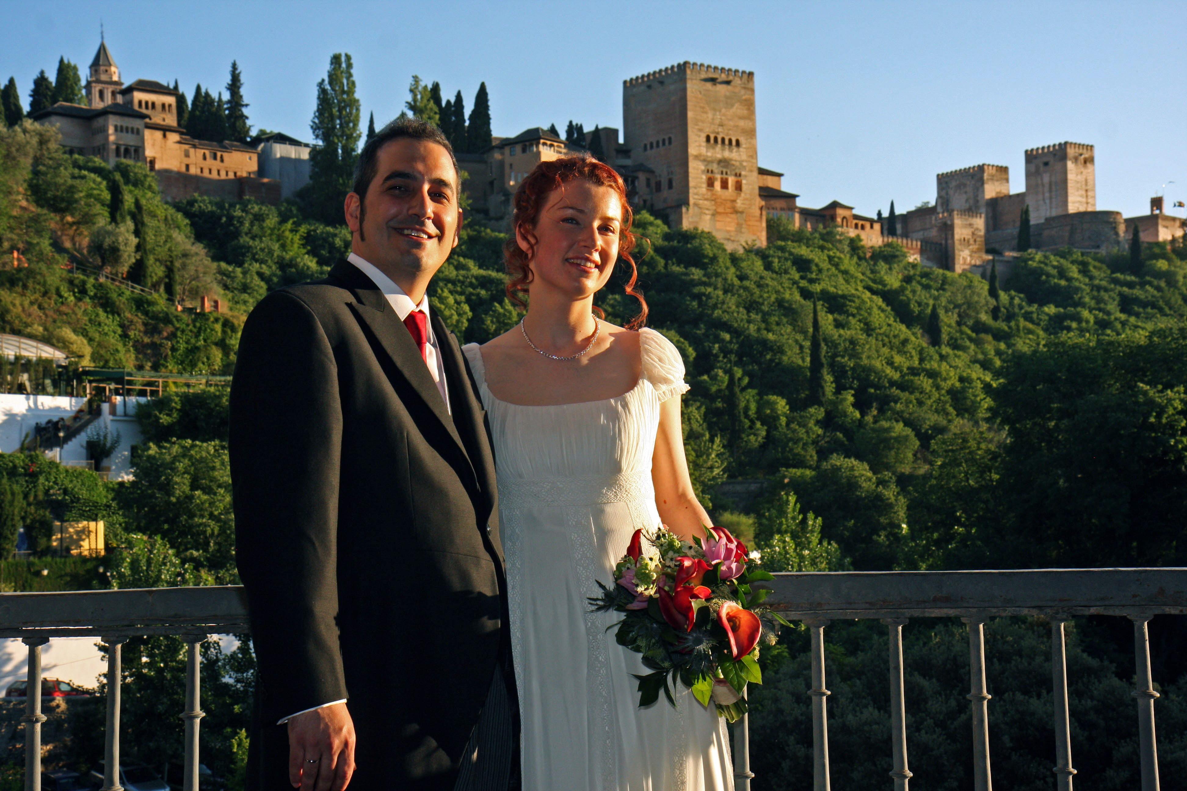 Claire O'Connol y Javier de las Heras posan tras constraer matrimonio con la Alhambra al fondo en 2008.:: LUCÍA RIVAS / IDEAL